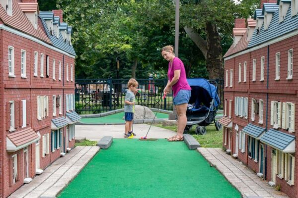Family mini golf in Franklin Square